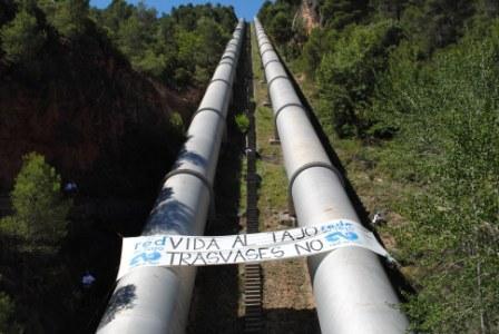 Activistas de la Red del Tajo despliegan dos pancartas, en el Trasvase Tajo-Segura y en el embalse de Cedillo (Portugal)
